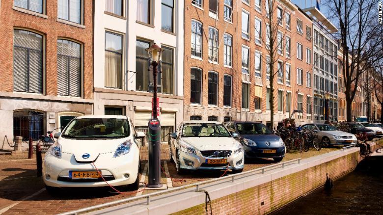 Амстердам планира да премине изцяло на електрически транспорт