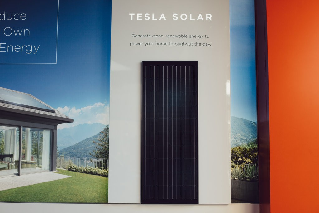 Tesla намалява цените на слънчевите си панели с 16%