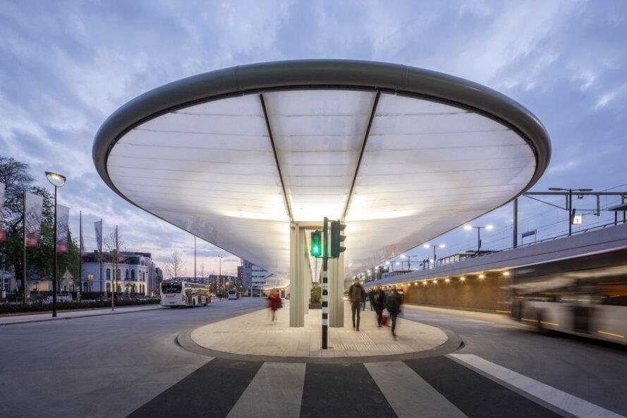 Изградиха първата енергийно автономна автогара в Холандия