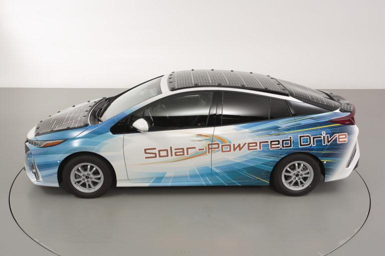 Toyota продължава слънчевата революция в електромобилите